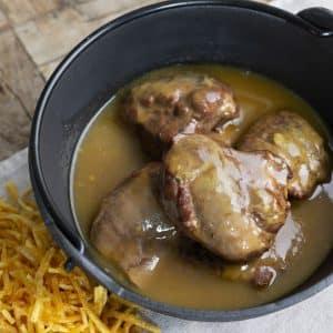 carrilleras de cerdo con salsa y patatas paja