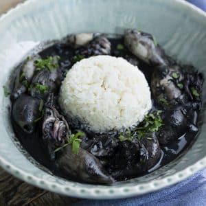 chipirones en su tinta con arroz emplatado