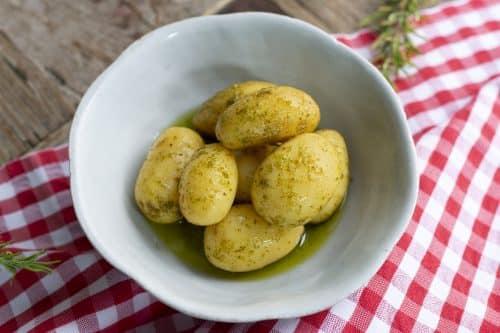 patatas baby con hierbas emplatadas
