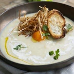 crema de puerro con puerro frito, pan tostado y yema de huevo
